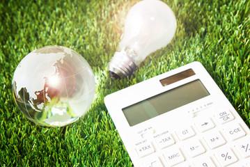 電球と電卓│よりお得な電力会社を選ぶ3つのポイントとは?